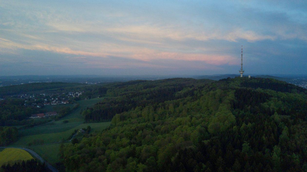 Blick über den Teutoburger Wald mit Fernsehturm Bielefeld